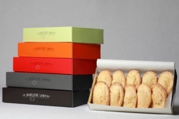 Les grandes madeleines avec leurs boites de couleurs